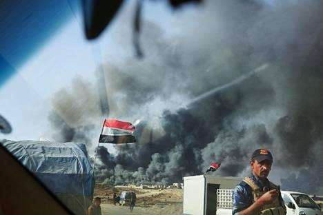 Mosulin läheisillä teillä on paljon tarkastusasemia. Paetessaan Irakin joukkoja Isis sytytti Qayaran öljylähteet palamaan noin kuukausi sitten.
