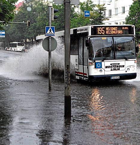 Rankkasateiden tuomat taajamatulvat yleistyvät ilmastonmuutoksen myötä. Kuva Mannerheimintieltä Helsingistä heinäkuulta 2010.