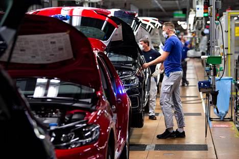 Työntekijöitä Volkswagenin tuotantolinjalla Wolfsburgissa huhtikuussa.