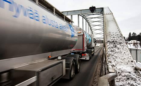 Jännevirran silta Siilinjärvellä valtatie 9:llä on vilkasliikenteinen mutta kapea ja kantavuudeltaan huono.