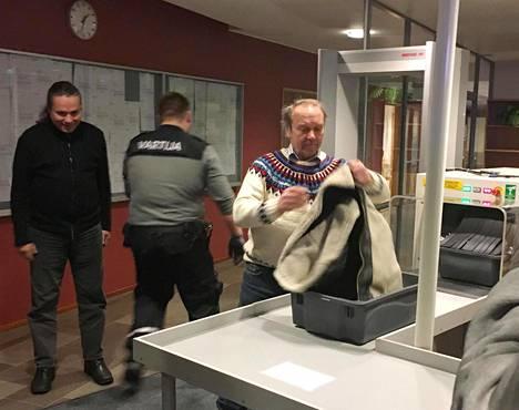 Kansanedustaja Teuvo Hakkarainen saapumassa oikeuden istuntoon keskiviikkona.