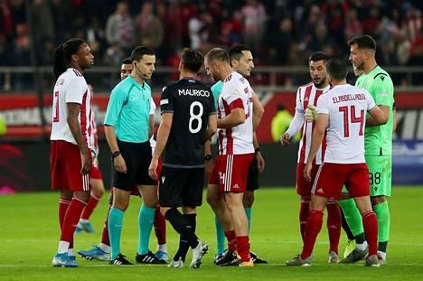 Osassa Kreikan liigan otteluita on jouduttu turvautumaan ulkomaalaisin tuomareihin. Espanjalainen José María Sánchez Martínez vihelsi Olympiakoksen ja PAOK:in välisen hegemoniakamppailun 1. joulukuuta 2019.