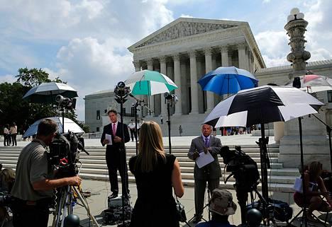 Median edustajat odottivat kesäkuun lopussa Yhdysvaltojen korkeimman oikeuden ulkopuolella päätöstä työnantajien oikeudesta olla tarjoamatta ehkäisyhoitoa työntekijöilleen.