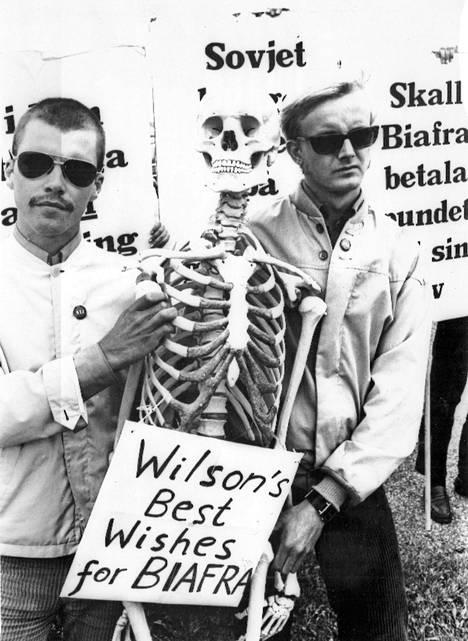 """""""Onko Biafran maksettava punnasta elämällään"""", kysyivät Englannin pääministeri Harold Wilsonia Malmössä vastaanottamassa olleet mielenosoittajat, jotka syyttivät Wilsonia Biafran haudankaivajaksi."""