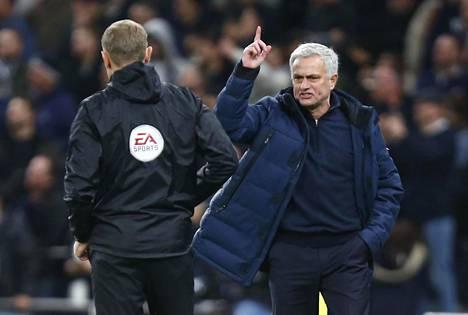 Tottenhamin managerilla José Mourinholla oli sunnuntaina runsaasti asiaa ottelun neljännelle erotuomarille.
