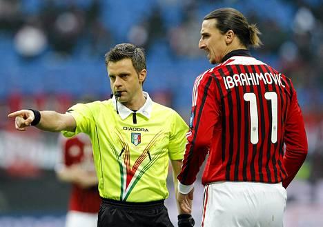 AC Milanin Zlatan Ibrahimovic ajettiin kentältä hänen lyötyä vastustajaa ottelussa Napolia vastaan.