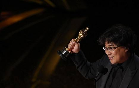 Ohjaaja-käsikirjoittaja Bong Joon-ho nostaa ilmaan Oscaria.