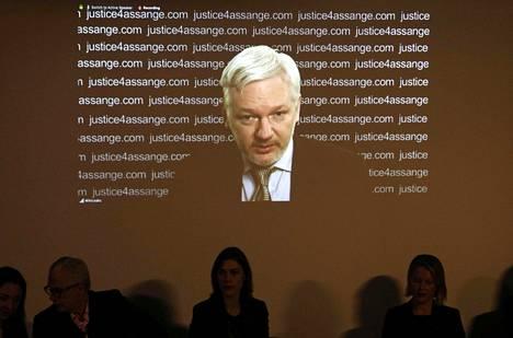 Wikileaksin perustaja Julian Assange esiintyi tiedotustilaisuudessa videolinkin välityksellä, mutta hän ei vastannut toimittajien kysymyksiin.