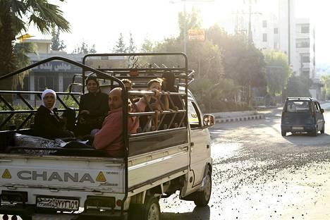 Siviilit pakenivat väkivaltaa Kfarbatnan kaupunginosasta Damaskoksesta tiistaina.