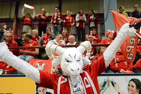 VaLePan kannattajat juhlivat joukkueensa voittoa ottelun VaLePa-Tiikerit jälkeen.