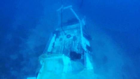Italian pelastuslaitoksen julkaisema kuva uponneesta veneestä.