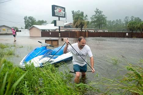 Hank Plauche tutki hurrikaani Isaacin aiheuttamia vahinkoja Missisippin Kilnissä.