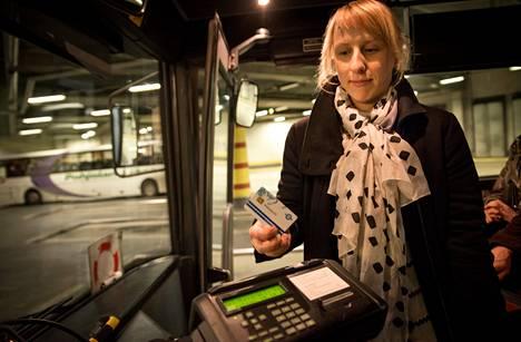 """Linja-autolippujen hinnat jäädytetään, koska uusi lippujärjestelmä viivästyy. """"Toivoisin, että bussiliikenteen kilpailutus tulisi nopeammin ja lippujen hinnat laskisivat"""", sanoi Helsingin ja Nurmijärven väliä päivittäin matkustava Eedla Makkonen Kampin bussiterminaalissa torstaina."""