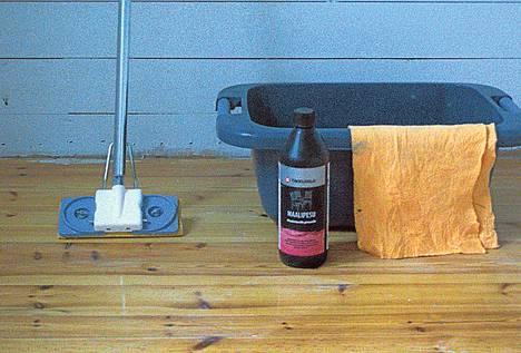 Aloita työ pesemällä lattia tähän tarkoitukseen tehdyllä liuoksella.