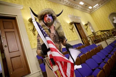 Donald Trumpin kannattajia kongressitalossa.