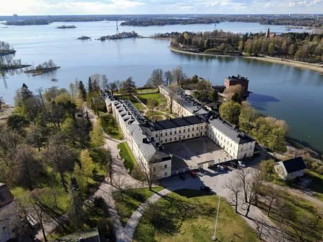 Lapinlahden sairaalaan päärakennus on Carl Ludvig Engelin suunnittelema ja sijaitsee lähellä meren rantaa.
