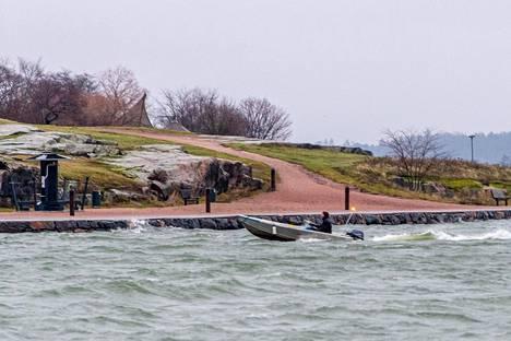 Helsingin edustalla pääsee vielä veneilemään. Kuva otettu keskiviikkoiltapäivänä, jolloin oli poikkeuksellisen lämmin tammikuun päivä.
