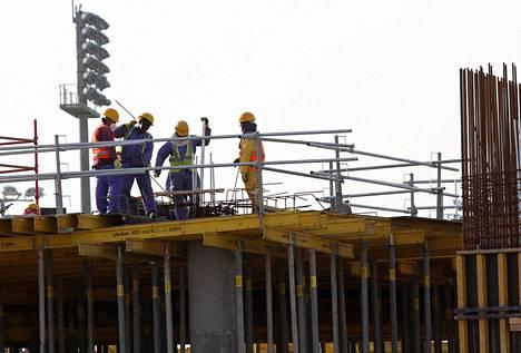 Qatar käyttää runsaasti siirtotyöläisiä rakennushankkeissaan.