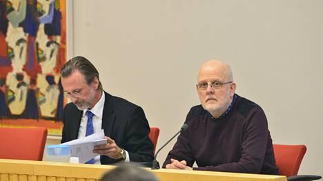 Asianajaja Thomas Olsson (vas.) ja Sture Bergwall osallistuivat hallinto-oikeuden istuntoon maanantaina Falunissa.