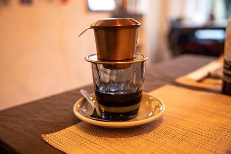Vietnamilainen kahvi tippuu metallisuodattimen läpi makean tiivistemaidon päälle. Juoma käy jälkiruoasta.