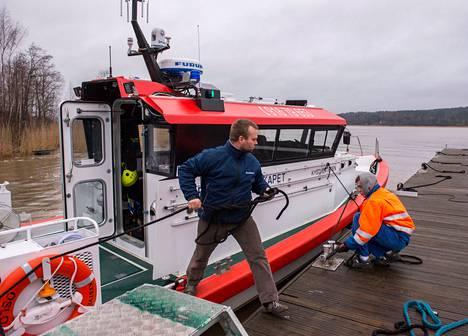 Pääsuunnittelija Rami Wessman (vas.) ja varustelija Pietari Saarti kokeilivat liki valmista meripelastusalusta Marine Alutechin telakan edustalla Salossa.