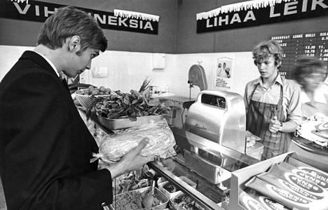 """Hintatarkastaja Jaakko Gummerus ja tiskin takana myyjä Altti Nurmi punnitsevat ranskanleipiä, joiden pitäisi painaa keskimäärin 400 grammaa. Leipomot saavat terveisiä liian """"tarkoista"""" painoista."""