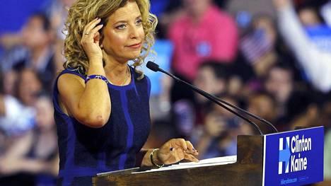 Demokraattisen kansallisen komitean puheenjohtaja Debbie Wasserman Schultz ilmoitti erostaan sunnuntaina.