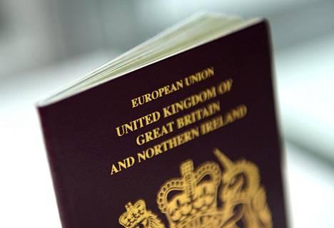 Britannian uuden passin yläreunasta on poistettu teksti European Union.