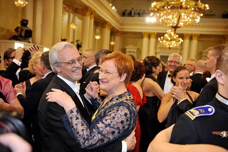 Presidenttipari tanssin pyörteissä Linnan juhlissa viime vuonna.