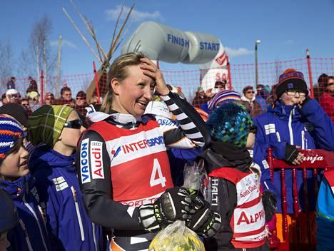 """Tanja Poutiainen laski Rovaniemellä uransa viimeisen laskun. """"Kisoja ja jännitystä tulee varmaan ikävä, mutta nyt olen vain ylpeä pitkästä urastani ja siitä, että olen saanut jakaa sen urheilun ystävien kanssa."""""""