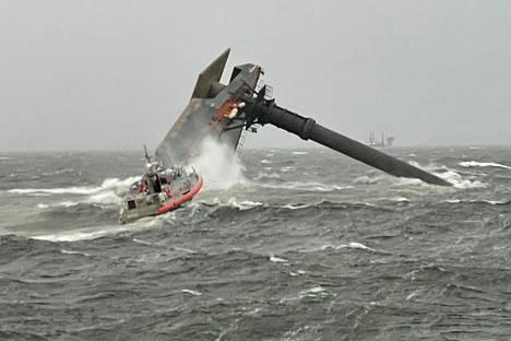 Yhdysvaltain rannikkovartioston vene suuntaa kohti kaatunutta nosturialusta Louisianan rannikolla.