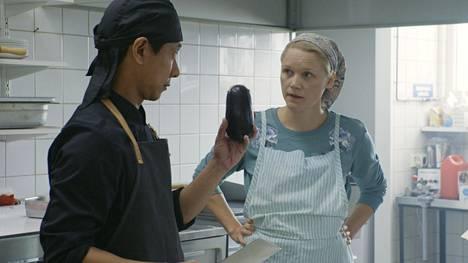 Kiinalainen Cheng (Chu Pak Hong) päätyy kokiksi Sirkan (Anna-Maija Tuokko) keittiöön Kittilässä.