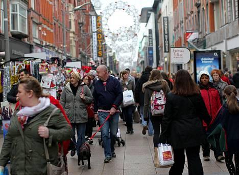 Jouluostoksia tekevät irlantilaiset täyttävät nyt Dublinin ostoskadut. Maan talous kasvaa ja työttömyys pienenee.