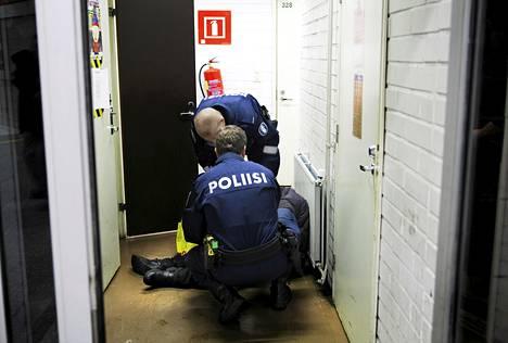 Poliisipartio haki juopuneen miehen Sörnäisten metroasemalta keskiviikkona iltapäivällä.