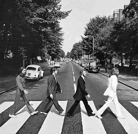 The Beatles-yhtye kävelyllä – lieneekö kysymyksessä Abbey Road. Tämä on yhtyeen uusimman LP-levyn nimi.