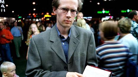 Tältä Ilkka Remes, oikealta nimeltään Petri Pykälä, näytti vuonna 1997, kun hänen esikoisromaaninsa Pääkallokehrääjä julkaistiin. Uransa alkuvaiheessa Remes vielä viihtyi median edessä.