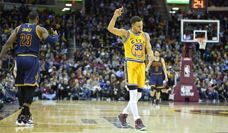 Stephen Curry (oik.) jätti LeBron Jamesin sivuosaan.