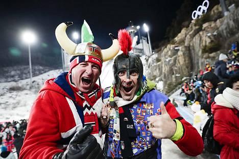 Norjalaiset Rune Eikeland ja Remi Padon kannustamassa hiihtostadionilla.