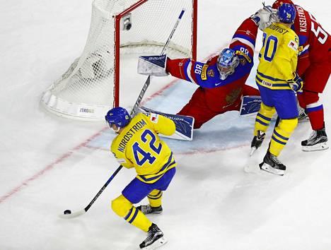 Joakim Nordstrom yrittää ohittää Venäjän maalivahti Andrei Vasilevskin.