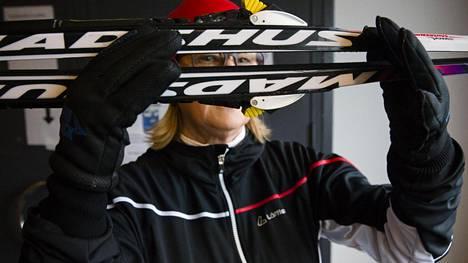 Helsinkiläinen Liisa Halonen halusi mahdollisimman helpot sukset, joihin ei tarvitse lisätä pitovoidetta. Lopulta ladulle päätyivät karvasukset eli skinit.