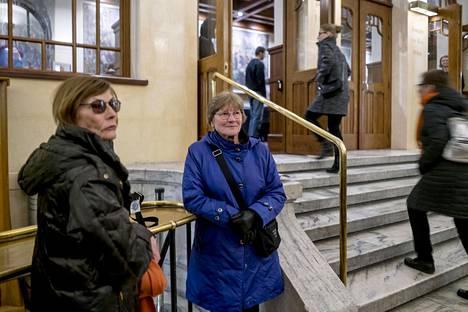 Seija Kuusisto ja Mariita Ahonen odottelevat Kansallisteatterien dessä Kauppamatkustajan kuolema -esityksen alkua torstaina.