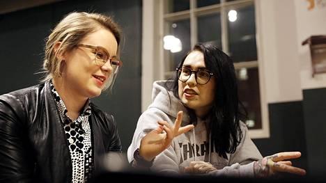 Helsinkiläiset Milka Asikainen (vas.) ja Natalia Tolmatsova puivat usein tavatessaan miesasioita ja sattumuksia, joita on käynyt deittisovellus Tinderissä.