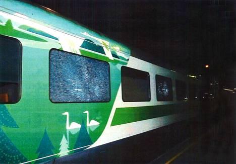 Ammutun junavaunun vauriot näkyvät poliisin julkaisemassa kuvassa.