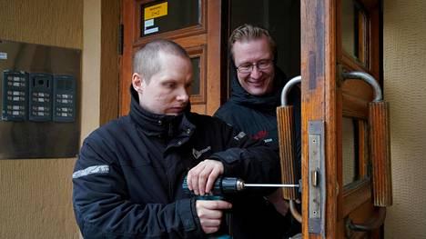 Helsingin Kruununhaassa olevan talon lukoista osa on yli 100 vuotta vanhoja. Nyt Henry Kolu asenta niiden tilalle Abloyn digitaaliset Pulse-lukot. Isännöitsijä Jouko Ahonen katsoo.