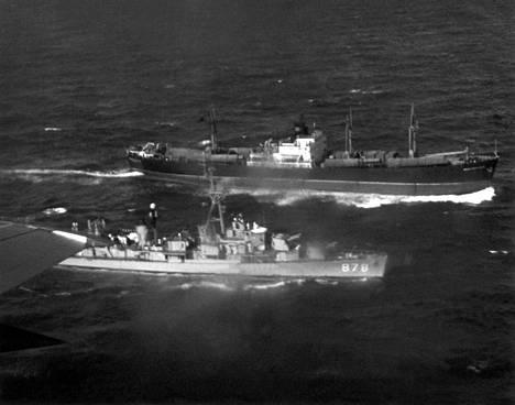 Neuvostoliiton rahtilaiva vierellään Yhdysvaltojen hävittäjäalus lokakuussa 1962 Kuuban vesillä. NL siirsi ydinohjuksia laivoilla Kuubaan.