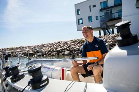 Tapio Lehtinen pitää kiinni pitkästä pinnasta, jolla hän ohjaa Astoria-venettään.