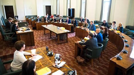 Valtiovarainvaliokunta aloitti tiistain kokouksen nimenhuudolla.