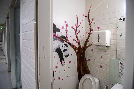 At Länsimäki school, students have been allowed to decorate the school walls.  Also in the toilet.