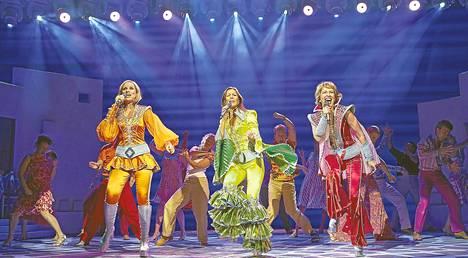 Naisenergiaa! Tanja (Veera Railio, vas,), Donna (Mia Hafrén) ja Rita (Anna Hultin) nauttivat elämästä ja ystävyydestä Mamma Mia! -musikaalissa.