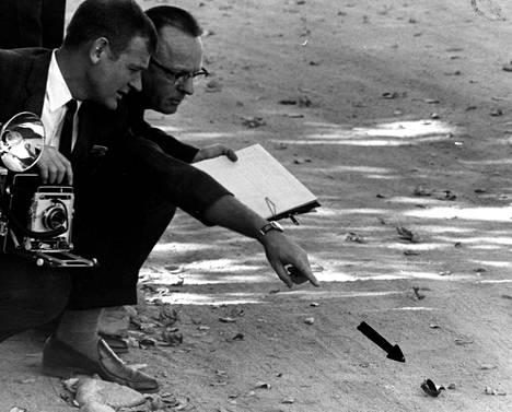 Rikostutkijoita Cheri Jo Batesin murhapaikalla 1. marraskuuta 1966. Maasta löytyi miesten rannekello.
